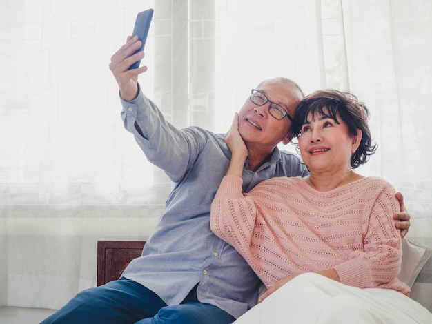 Las parejas de ancianos están tomando fotos juntas