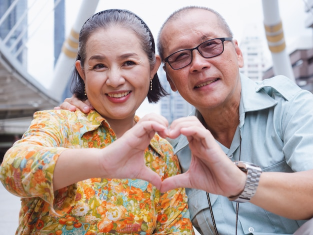 Las parejas de ancianos se limpian el sudor mientras están cansados