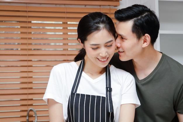 Las parejas asiáticas cocinan juntas en las cocinas de sus casas