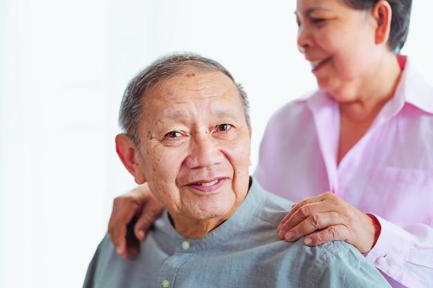 Las parejas asiáticas mayores sonrientes se apoyan, enfoque selectivo