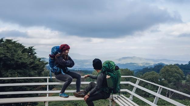Las parejas asiáticas viajan por la naturaleza en las montañas en invierno. campo natural del tacto en el doi inthanon en tailandia.