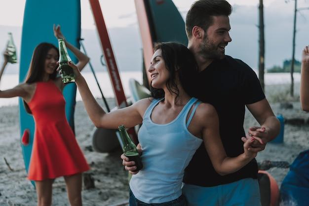 Las parejas bailan en la playa. gente afro