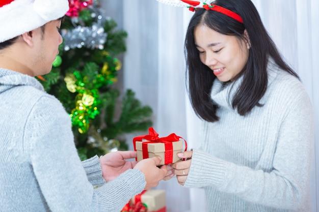 Parejas disfrutando con regalo de navidad