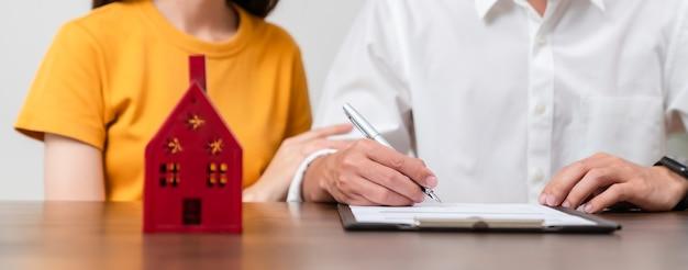 Las parejas firmaron un contrato para comprar una casa.