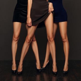 Pares de árboles de piernas femeninas de pie uno por uno