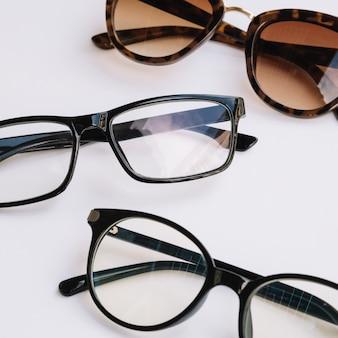 Pares de gafas sobre un fondo blanco.