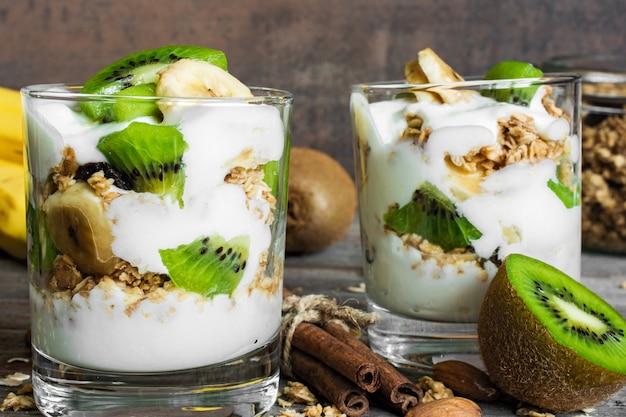 Parfait de yogurt casero con frutas, nueces y especias
