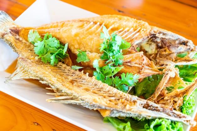 Pargo frito cubierto con salsa de pescado