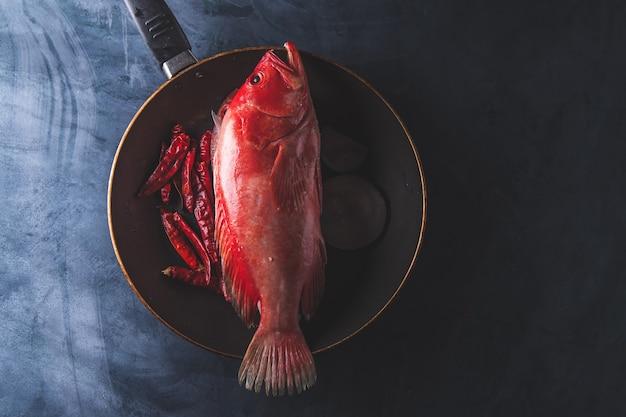 Pargo rojo pescado crudo en la mesa