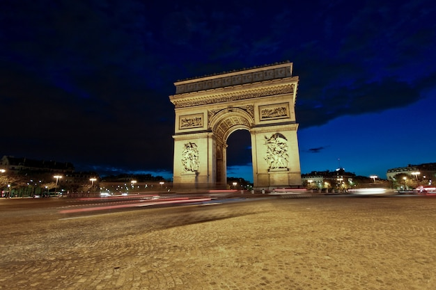Paris arc de triomphe y avenue des champs-elysees en la noche, francia