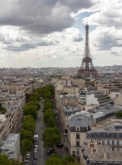 París, la capital francesa, es una importante ciudad europea y un centro mundial de arte, moda, gastronomía y cultura.