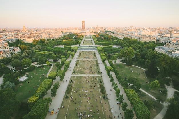 París, francia - 19 de junio de 2017: vista de la ciudad de parís desde la torre eiffel, donde la gente se relaja en la hierba