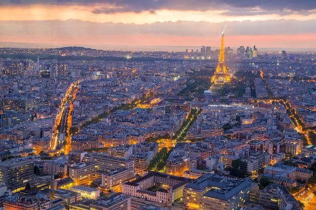 París, francia-29 de abril de 2017: parís ciudad noche paisaje urbano vista histórica para la visita de turistas en tiempo de crepúsculo en francia.