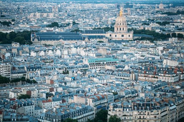 París, francia. vista desde la torre eiffel a la ciudad nocturna