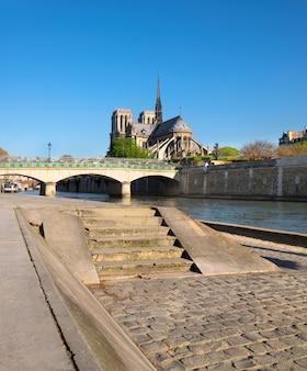 París, panorama sobre el río sena hacia la catedral de notre-dame