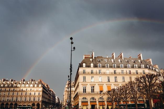 Paris street view con arco iris
