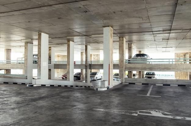 Parking interior edificio antiguo.