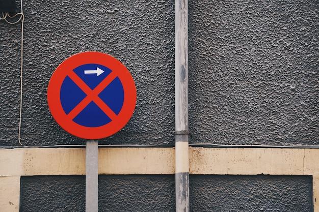 Parking prohibido señal de tráfico en la calle.