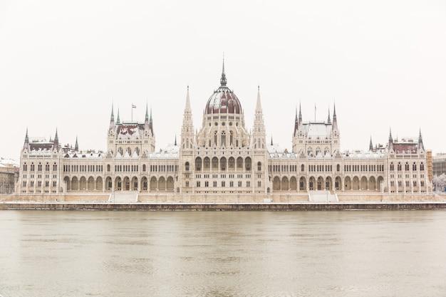 Parlamento en budapest en un día nevado