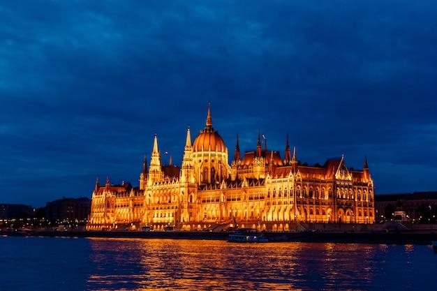Parlamento de budapest en hungría por la noche en el río danubio