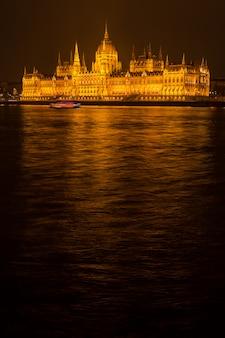 Parlamento de budapest en la noche