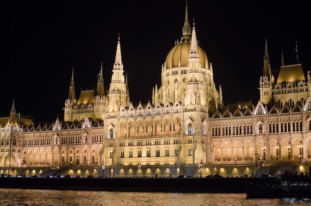 Parlamento estatal de budapest en la noche, hungría