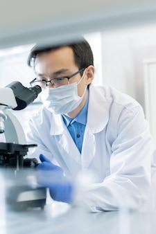 Parmacólogo masculino con microscopio