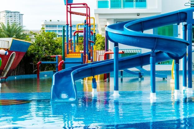 Parque acuático en complejo de lujo y hotel, tobogán acuático