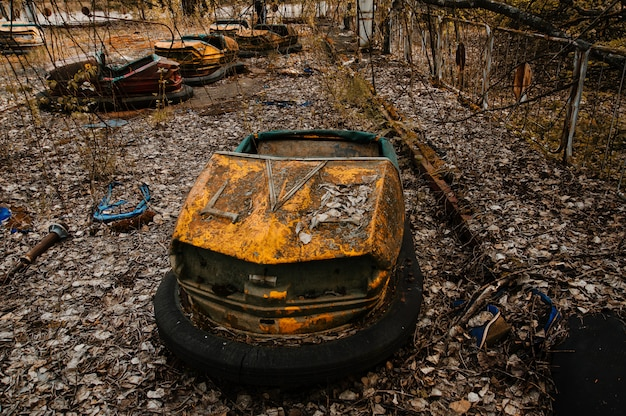 Parque de atracciones abandonado con coches oxidados en la ciudad de pripyat en la zona de exclusión de chernobyl.