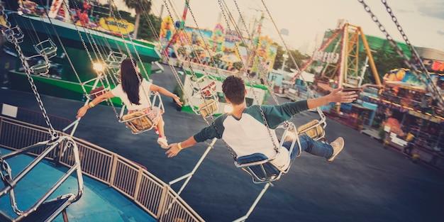 Parque de atracciones, parque de atracciones, festivo, juguetón, felicidad, concepto