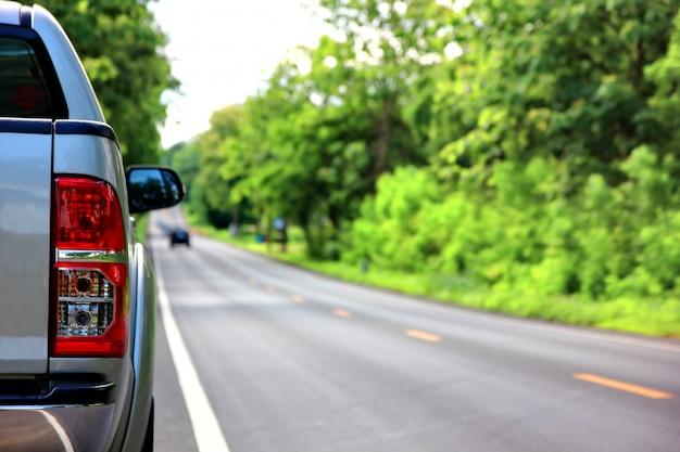 Parque de camionetas en carretera vacía