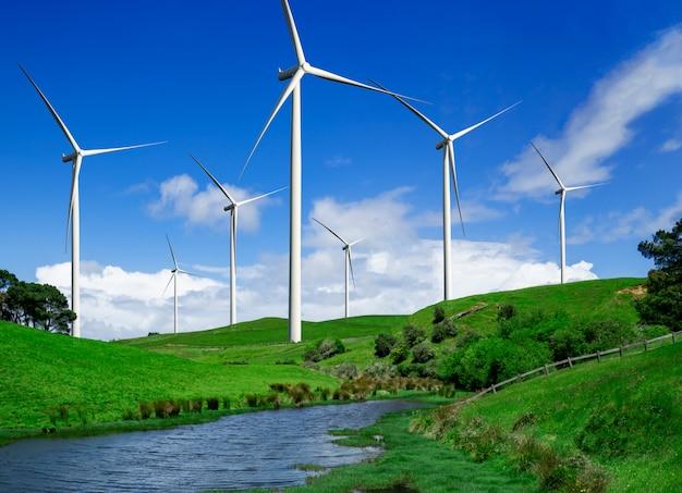 Parque eólico de turbina en el hermoso paisaje de la naturaleza.