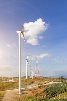 Parque eólico de turbinas en el paisaje de montaña contra el cielo azul con nubes de fondo, molinos de viento para el concepto de ecología de energía eléctrica