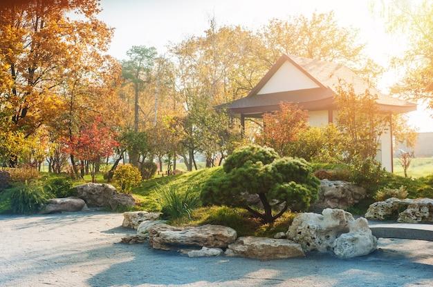 Parque en estilo japonés con arces rojos amarillos