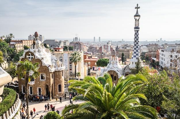Parque güell por el arquitecto antoni gaudí diseñó casas, turistas