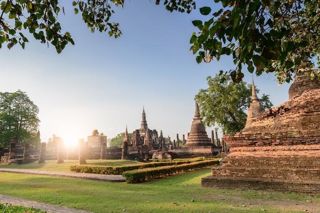 Parque histórico de sukhothai con salida del sol. ruinas del templo budista en el parque histórico de sukhothai, tailandia