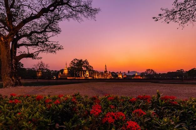 Parque histórico de sukhothai y sus alrededores en el mediodía y el crepúsculo