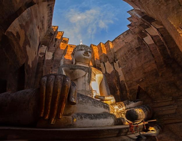 Parque histórico de sukhothai de wat si chum (phra achana, blanco y negro) en tailandia.