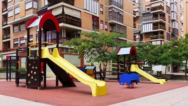 Parque infantil en la calle de la ciudad