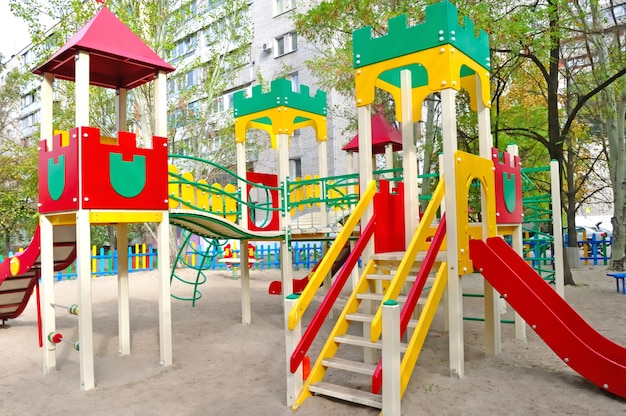 Parque infantil en la calle para juegos educativos.