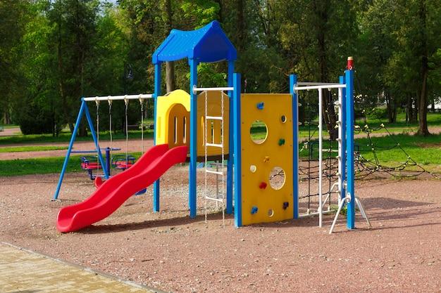 Parque infantil infantil, sin niños.