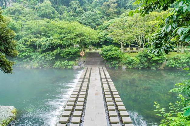 Parque del jardín en las cascadas de cheonjiyeon en la isla de jeju