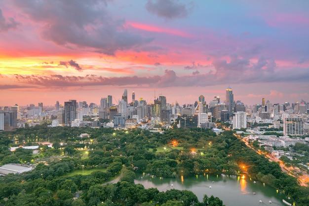 El parque lumpini y la vista del edificio de la ciudad de bangkok desde el bar de la azotea en el hotel, bangkok, tailandia