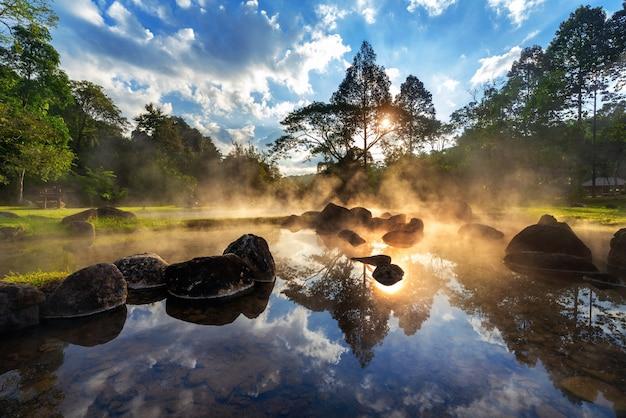Parque nacional chae son hot spring al amanecer en la provincia de lampang, tailandia