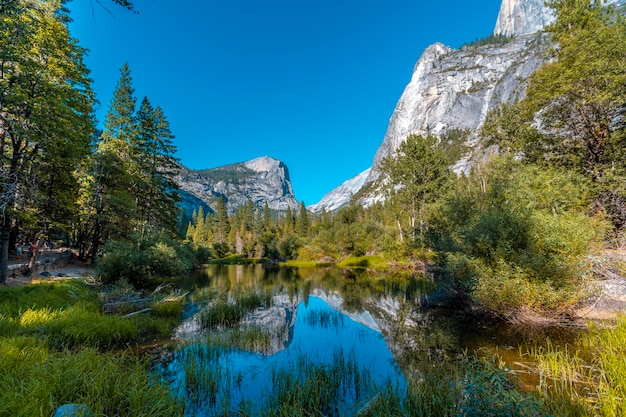 Parque nacional de yosemite, california, estados unidos. lago espejo y su zona de baño