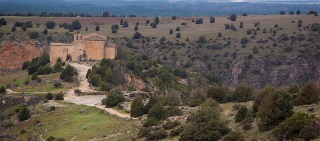 Parque natural de las hoces del río duraton cerca del templo antiguo