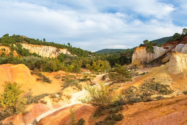Parque natural de tierra ocre en francia en el luberon