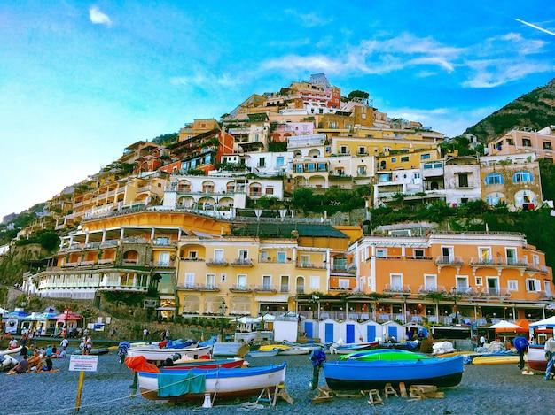 Parque regional de las montañas lattari castellammare italia con un cielo azul claro