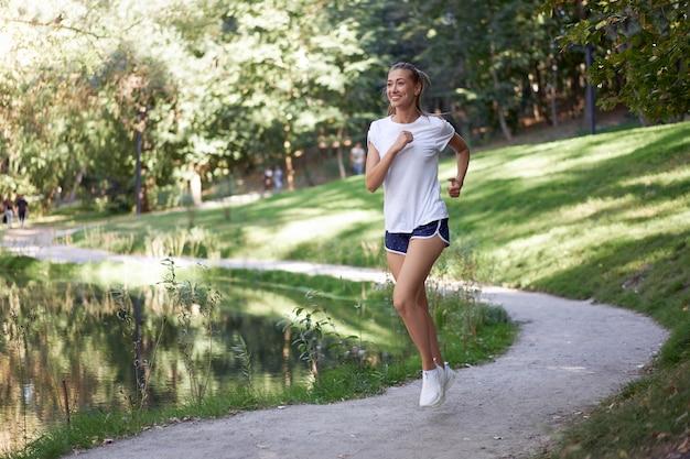 Parque de verano de carretera corriendo mujer