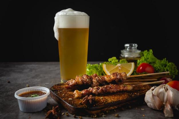 La parrilla de barbacoa cocinada con salsa picante de pimienta de sichuan es una hierba china.